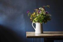 Білий Глечик з букетом квітів — стокове фото