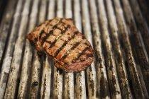Steak auf Bratpfanne, Nahaufnahme — Stockfoto