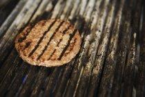 Nahaufnahme, Burger auf Bratpfanne. — Stockfoto