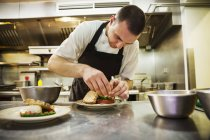 Шеф-кухар, стоячи на кухні — стокове фото