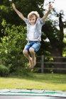 Ragazzo che salta sul trampolino — Foto stock