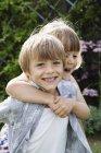 Ragazza che abbraccia un ragazzo sorridente — Foto stock