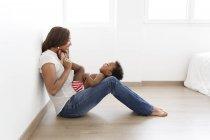 Молодой мальчик лежал на коленях женщиной — стоковое фото