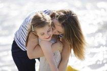 Блондинка жінка обійматися дівчина на пляжі — стокове фото