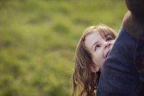 Sorridente ragazza in piedi dietro padre — Foto stock