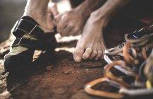 Grimpeur sur chaussures d'escalade — Photo de stock