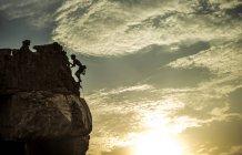 Alpinista arrampicata su una formazione rocciosa — Foto stock