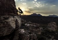 Alpiniste escalade une formation rocheuse . — Photo de stock