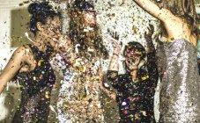 Mujeres jóvenes en la fiesta de brillo - foto de stock
