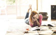 Женщина, лежащая на полу — стоковое фото
