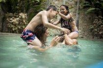 Дети на плечах взрослых в бассейне . — стоковое фото
