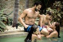 Семейные объятия в бассейне . — стоковое фото