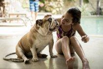 Mädchen Petting Hund. — Stockfoto