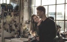Frau und Mann im Haus Fenster stand — Stockfoto