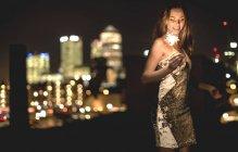 Jeune femme en robe de soirée pailletée — Photo de stock