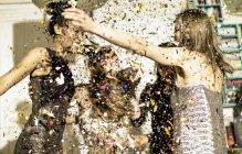 Mujeres celebrando en la fiesta - foto de stock