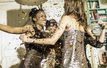 Jóvenes celebrando en fiesta - foto de stock