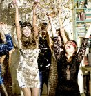 Gente celebrando en fiesta - foto de stock