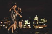 Mulheres em pé no telhado a celebrar. — Fotografia de Stock