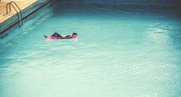 Молодой женщине носить купальник — стоковое фото