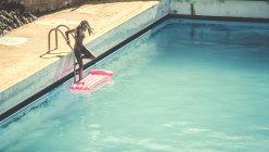 Молодая женщина в купальнике — стоковое фото