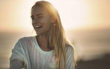 Молодая женщина на закате — стоковое фото