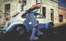 Людина rollerskating вулиці — стокове фото