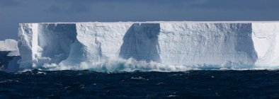 Icebergs flutuando no oceano — Fotografia de Stock