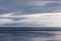 Orizzonte con nuvole di luce sul mare — Foto stock