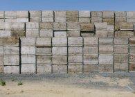 Grande pila di scatole di legno impilate in campagna — Foto stock