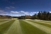 Fairway vert et ensoleillé au terrain de golf dans le pays de la Saskatchewan, Canada . — Photo de stock