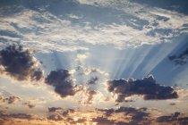 Tramonto con nuvole che si riuniscono in cielo, cornice piena . — Foto stock