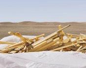 Белая брезентовая стопка деревянных шпилек, используемая для строительства . — стоковое фото