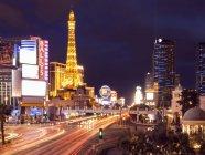 Escena urbana de Strip en Las Vegas con hotel iluminado y casino. - foto de stock