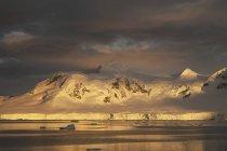 Захід сонця над гірський ландшафт Антарктиди і Вода поверхня. — стокове фото