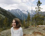 Предварительно подростков девушка, сидящая на смотровой площадки с горы Уэнатчи Национальный лес, Вашингтон, США — стоковое фото