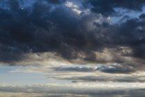 Scure nubi tempestose al tramonto nel cielo — Foto stock