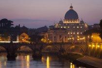 Fiume Tevere e Basilica di San Pietro a Città del Vaticano, Roma al crepuscolo in Italia . — Foto stock