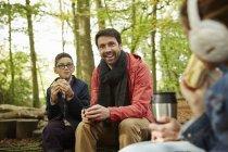 Père et les enfants, boire du thé dans la forêt en automne. — Photo de stock