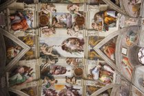 Low angle view of Michelangelo ceiling in Sistine Chapel in Vatican City, Rome. — Stock Photo