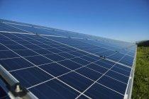 Nahaufnahme der Reihe der Solar-Panels im Freiland Solarparks. — Stockfoto