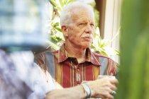 Uomo senior con baffi seduti all'aperto — Foto stock