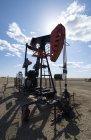 Prise de pompe en terrain découvert sur le site d'extraction d'huile . — Photo de stock