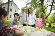 Familientreffen am Gartentisch und frische Limonade machen — Stockfoto
