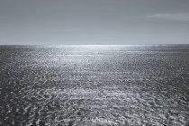 Поверхность воды Тихого океана в сумерках на Калифорнийском побережье . — стоковое фото