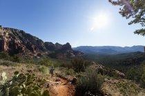 Donna nel sunhat camminare su sentiero nel Parco nazionale di Sedona montagna paesaggio, Arizona, Usa. — Foto stock