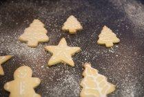 Bandeja de galletas decoradas en forma de Navidad . - foto de stock