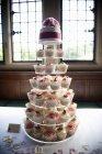 Морозная кексы на стенде семь уровня торт — стоковое фото