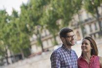 Metà coppia adulta a piedi fianco a fianco sulla strada della città . — Foto stock