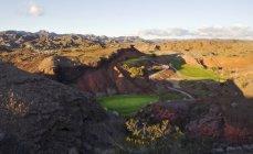 Vista elevada sobre las montañas y el paisaje desértico con campo de golf en Valle en Arizona. - foto de stock